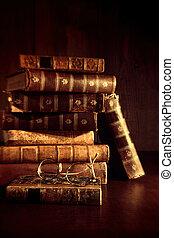 pila, de, libros viejos, con, cristales de la lectura
