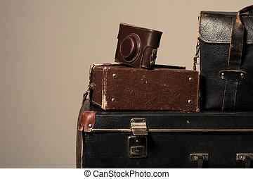 pila, de, viejo, andrajoso, maleta, con, un, cámara, en, bolsa