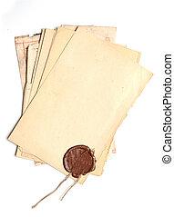 pila, viejo, papel, con, un, sello de lacrar, en, un, fondo blanco