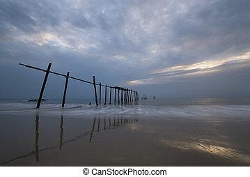 pilai, tengerpart, alatt, egy, cloudy nap