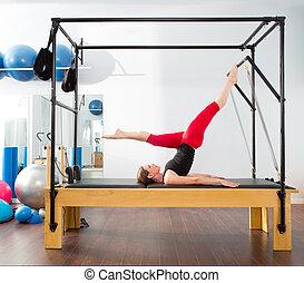 pilates, aerobic, instruktör, kvinna, in, cadillac