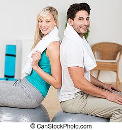 pilates, fonctionnement, couple, jeune, balles, dehors