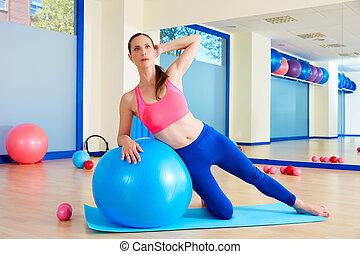 pilates, mulher, lado, curva, fitball, exercício