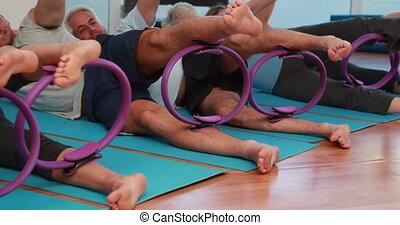 pilates, na dół, używając, leżący, klasa