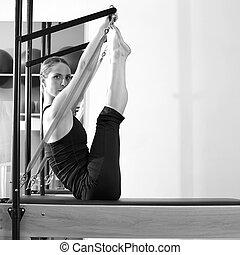 pilates, vrouw, in, reformer, monki, oefening