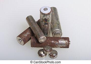 piles, de, corrosion, de, divers, formes, et, sizes., mensonges, lâche, sur, a, blanc, arrière-plan., protection environnement, recyclage, de, utilisé, batteries.