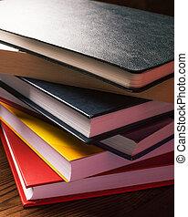 pilha livros, ligado, a, tabela madeira