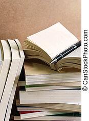 pilha livros, ligado, tabela madeira
