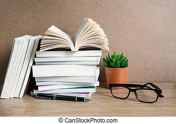 pilha livros, ligado, tabela madeira, educação, fundo