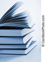 pilha, livros, livro aberto, um