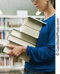 pilha, mulher, livros, segurando, biblioteca
