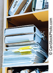pilha papel, em, estante de livros