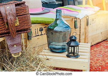 pillows., bosxe, cielna, drewniany, rocznik wina, latarnia, wiejski, świeca, walizka, butelka, kapelusz, skład