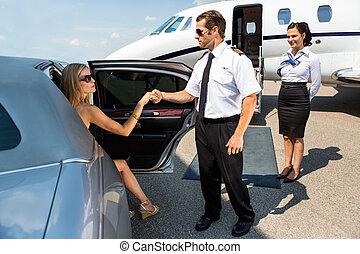 piloto, ajudando, elegante, mulher, pisar, de, car