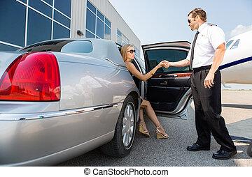 piloto, ajudando, mulher, pisar, de, car, em, terminal