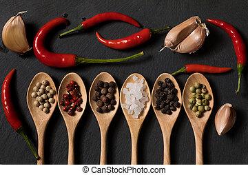 pimienta, de madera, pizarra, diferente, cucharas, ajo, plano de fondo, negro, sal, clase