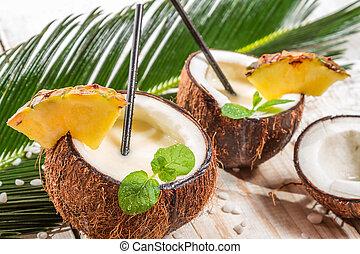pinacolada, bebida, con, menta, servido, en, un, fresco, coco