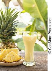 pineapple juice - Pineapple juice and pineapple slices...