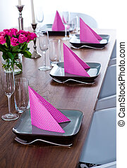Pink and green modern serving - Serving with pink napkins...