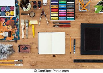 pintor, local trabalho, topo, vista., tabela madeira, de, um, artista, com, ferramentas arte, para, drawing.