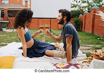 pique-nique, amour, leur, vin, avoir, cour, boire, pelouse, couple, rose