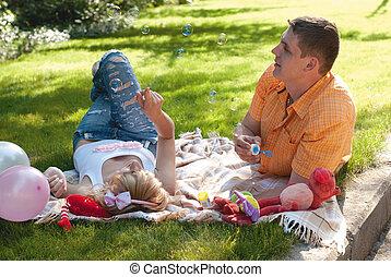 pique-nique, couple, jeune, confection, bulles, avoir, heureux
