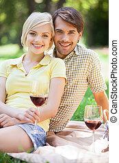 pique-nique, couple, jeune, park., date, boire, heureux, vin