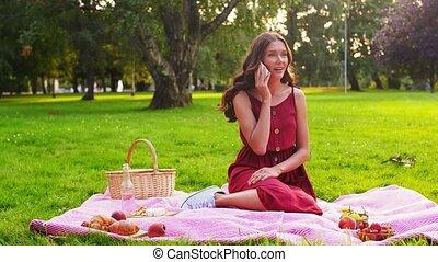 pique-nique, smartphone, femme, appeler, parc