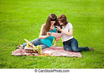 pique-nique, tablette, parc, deux, pc, femmes