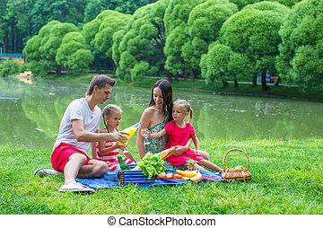 pique-niquer, famille, été, parc, quatre, jour, heureux