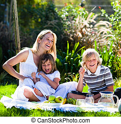 piquenique, dela, parque, crianças, mãe jogando