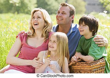 piquenique, família, sentando, ao ar livre, cesta, sorrindo