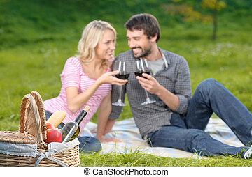 piquenique, par, jovem, junto, vinho, cheers!, desfrutando, amando