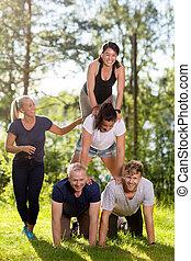 pirámide, compañeros de trabajo, campo, humano, elaboración, sonriente, herboso