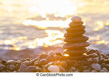 pirámide, de, guijas, en el mar, en, salida del sol