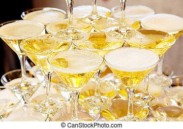 piramide, di, occhiali, con, champagne, primo piano
