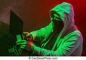pirata informático, información, encapuchado, computadora de computadora portátil, robar