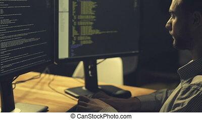 pirate informatique, être, impliqué, codage, sérieux, professionnel