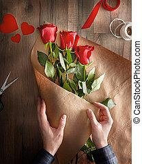 piros rózsa, képben látható, fából való, háttér