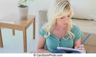 pisanie, kobieta, blondynka, młody