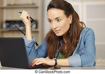 pisarz, profesjonalny, towarzyski, media, kobieta, poważny, zadowolenie, freelance