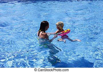 piscina bebê, mãe