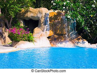 piscina del hotel, cascada