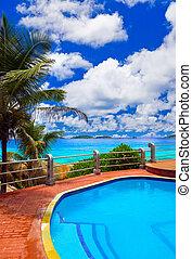 piscina, em, hotel, em, praia tropical