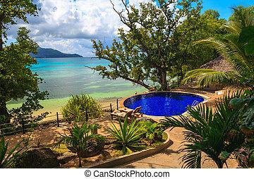 piscina, em, praia tropical