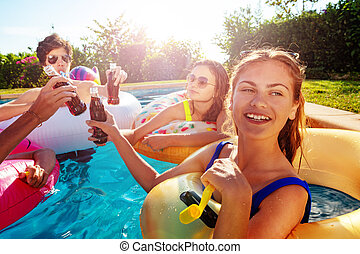 piscina, feliz, novias, noisemaker, golpe, fiesta