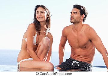 piscina, pareja, borde, sentado