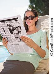 piscina, sol, periódico, lounger, lectura, mujer