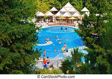 piscina, y, cascada, en, hotel, -, vacaciones, plano de...