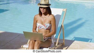 piscine, femme, jeune, délassant, mode